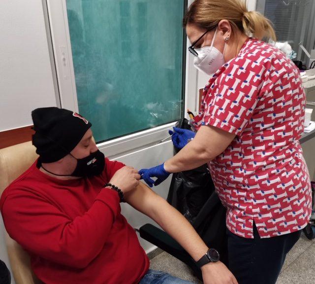 """Над 100 души се ваксинираха срещу COVID-19 в МБАЛ """"Медлайн"""" в неделя"""